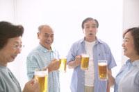日本人の中高年 22880001750| 写真素材・ストックフォト・画像・イラスト素材|アマナイメージズ