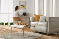 リビングのデスクで作業する女性 22880002709| 写真素材・ストックフォト・画像・イラスト素材|アマナイメージズ