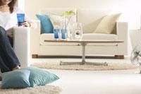 女性とソファーのあるリビング 22880002718| 写真素材・ストックフォト・画像・イラスト素材|アマナイメージズ