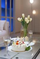 バースデーケーキの乗ったテーブル 22880003078| 写真素材・ストックフォト・画像・イラスト素材|アマナイメージズ