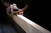 木材にかんなをかける手元