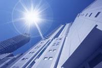 下から見上げた高層ビル 22880003808| 写真素材・ストックフォト・画像・イラスト素材|アマナイメージズ