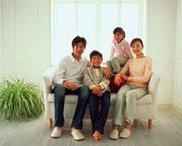 ソファーでくつろぐ家族 22893000057  写真素材・ストックフォト・画像・イラスト素材 アマナイメージズ