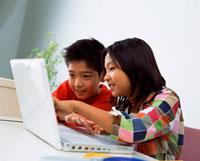 ノートパソコンを見る子供