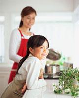 食事の準備をする母と娘