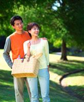 公園に佇む夫婦 22893000308| 写真素材・ストックフォト・画像・イラスト素材|アマナイメージズ