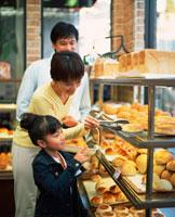 パン屋で買い物をする家族