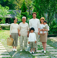 公園で遊ぶ3世代家族