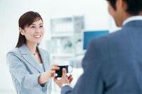 ビジネスマンとビジネスウーマン 22894000337| 写真素材・ストックフォト・画像・イラスト素材|アマナイメージズ
