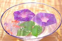 ガラスの器に浮かぶ朝顔と金魚
