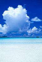 遠浅のビーチと白い雲