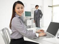 ビジネスウーマンとビジネスマンとパソコン