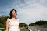 道に立つ女性