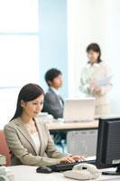 オフィスで仕事をするオフィスレディとビジネスマン 22933000571| 写真素材・ストックフォト・画像・イラスト素材|アマナイメージズ
