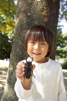 公園でカブト虫を持っている子供