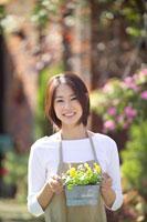 花を持って立っている女性