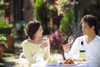 オープンカフェで食事をする夫婦