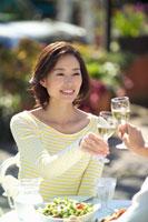 オープンカフェでワインで乾杯する夫婦