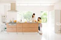 キッチンで料理をする母と子 22933001414| 写真素材・ストックフォト・画像・イラスト素材|アマナイメージズ