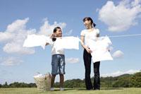 洗濯物を干す母と子 22933002049| 写真素材・ストックフォト・画像・イラスト素材|アマナイメージズ