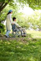介護ヘルパーと車椅子のシニア男性