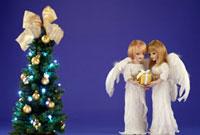 クリスマスツリーとプレゼントを持った天使の人形