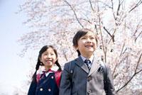桜とランドセルの小学生男女