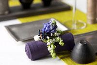 茶器と皿と花のテーブルセッティング 22933003593| 写真素材・ストックフォト・画像・イラスト素材|アマナイメージズ