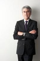 ビジネススーツを着た50代男性 22933003752| 写真素材・ストックフォト・画像・イラスト素材|アマナイメージズ