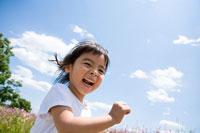 花畑前を笑顔で走る少女