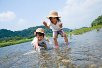 川で遊ぶ男の子と女の子 22946000243| 写真素材・ストックフォト・画像・イラスト素材|アマナイメージズ