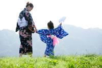 浴衣姿の母親と女の子 22946000279| 写真素材・ストックフォト・画像・イラスト素材|アマナイメージズ
