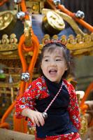 神輿と祭り姿の女の子 22946000292| 写真素材・ストックフォト・画像・イラスト素材|アマナイメージズ
