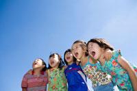 肩を組んで声を出す子供たち 22946000354| 写真素材・ストックフォト・画像・イラスト素材|アマナイメージズ