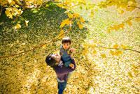 紅葉の中の男の子と母親 22946001419  写真素材・ストックフォト・画像・イラスト素材 アマナイメージズ