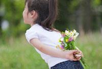 野の花を後ろ手に持つ女の子 22946001546A| 写真素材・ストックフォト・画像・イラスト素材|アマナイメージズ