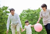 公園で遊ぶ祖父母と孫 22946001556B| 写真素材・ストックフォト・画像・イラスト素材|アマナイメージズ