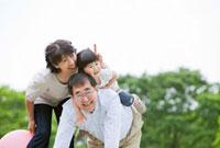 公園で遊ぶ祖父母と孫 22946001557C| 写真素材・ストックフォト・画像・イラスト素材|アマナイメージズ
