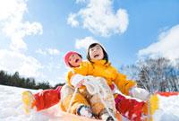 ソリで遊ぶ女の子たち 22946001572A| 写真素材・ストックフォト・画像・イラスト素材|アマナイメージズ