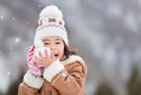 ほっぺに雪をつける女の子 22946001591| 写真素材・ストックフォト・画像・イラスト素材|アマナイメージズ