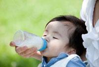 ミルクを飲む男の子 22946001599| 写真素材・ストックフォト・画像・イラスト素材|アマナイメージズ