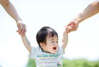 両親に手を取られる息子 22946001604| 写真素材・ストックフォト・画像・イラスト素材|アマナイメージズ