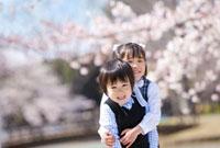 桜の花と弟を抱く姉