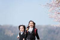 桜の花と新一年生と新幼稚園児