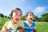 公園で笑う男の子たち 22946001722| 写真素材・ストックフォト・画像・イラスト素材|アマナイメージズ