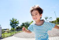 バッタを持って走る男の子 22946001724| 写真素材・ストックフォト・画像・イラスト素材|アマナイメージズ
