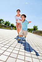遊歩道を走る母と息子