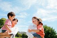 公園で立ち話をする2組の親子 22946001740| 写真素材・ストックフォト・画像・イラスト素材|アマナイメージズ