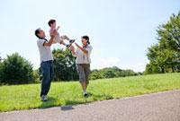 公園で遊ぶ親子 22946001745| 写真素材・ストックフォト・画像・イラスト素材|アマナイメージズ