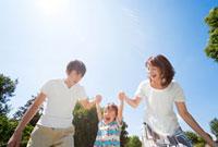 公園で遊ぶ親子 22946001748| 写真素材・ストックフォト・画像・イラスト素材|アマナイメージズ